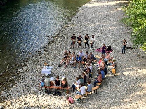 Andacht am Ufer der Traun (Foto: E. Liess)