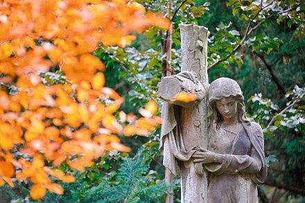 Figur an einem Grab auf dem Friedhof in Hannover-Stˆcken am 06.10.2010.